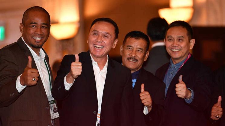 Ketua Umum PSSI M Iriawan (kedua kiri) bersama sejumlah delegasi
